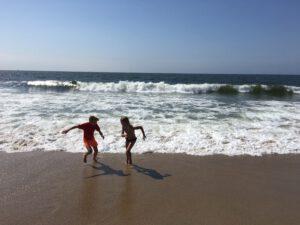 camping aan zee rennen voor de golven