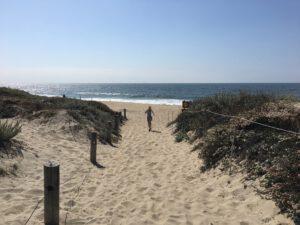 rennen naar het strand vanaf een camping aan zee